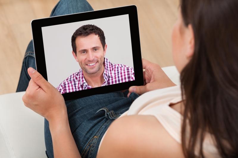 kvinna videochattar med sin man